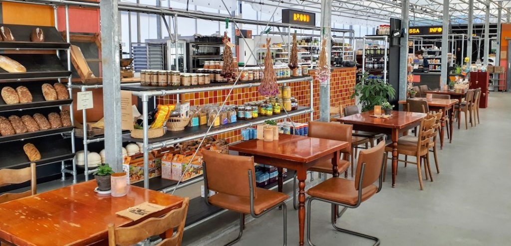 De Kas van Kaat: deel van het café, biologische bakkerij en winkel